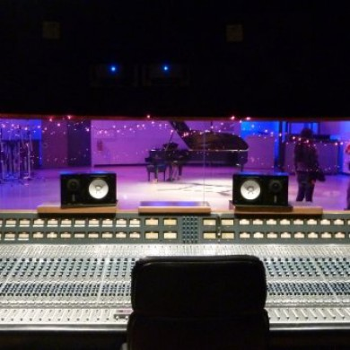 Sept 29, 2009 - Visiting local studios in L.A. with the amazing Dylan Dresdow. Very impressive NEVE console and LR light show @ Eastwest Studios in L.A.